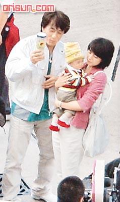 Джеки Чан и Гао Юаньюань развлекают малыша