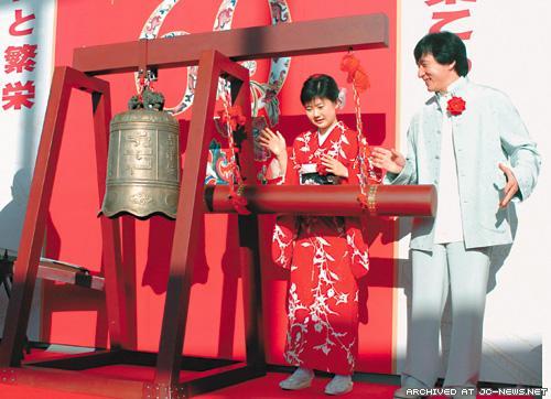 Джеки Чан  посетил фотовыставку в Японии, подтверждая тем самым хорошие отношения между Японией и Китаем.