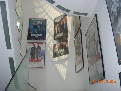 Постеры на стене вдоль лестницы