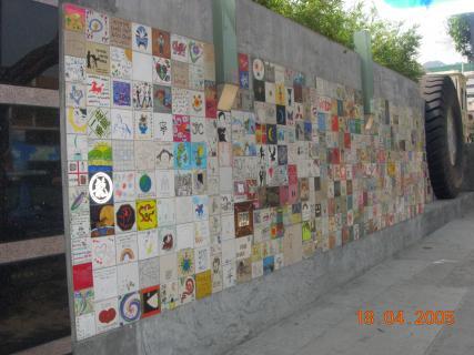Стена, выложенная плитками, высланными поклонниками Джеки