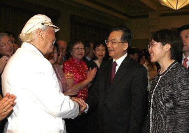 Вэнь Цзя Бао пожимает руку Папе Чану